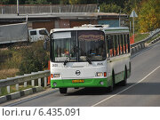 Купить «Автобус № 37 идет по дороге, город Сергиев Посад Московской области», эксклюзивное фото № 6435091, снято 19 сентября 2014 г. (c) lana1501 / Фотобанк Лори