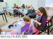 Купить «Мама с ребенком на семинаре по рисованию на воде. Традиционная турецкая живопись Эбру (Ebru)», фото № 6435383, снято 14 сентября 2014 г. (c) Кекяляйнен Андрей / Фотобанк Лори