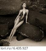 Сексуальная девушка с идеальной фигурой сидит в купальнике на пляже, фото № 6435927, снято 8 октября 2012 г. (c) Майер Георгий Владимирович / Фотобанк Лори