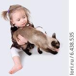 Купить «Девочка пытается удержать кошку», фото № 6438535, снято 16 марта 2013 г. (c) Nelli / Фотобанк Лори