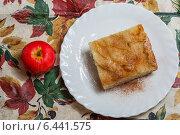 Купить «Яблочный пирог с корицей и яблоко», фото № 6441575, снято 25 сентября 2014 г. (c) Александр Самолетов / Фотобанк Лори