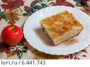 Купить «Яблочный пирог с корицей и яблоко», фото № 6441743, снято 25 сентября 2014 г. (c) Александр Самолетов / Фотобанк Лори