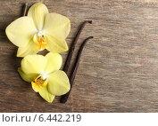 Купить «Цветы жёлтой орхидеи и палочки ванили на деревянном столе», фото № 6442219, снято 7 июля 2014 г. (c) Валентина Разумова / Фотобанк Лори