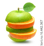 Купить «Дольки апельсина и яблока на белом фоне», фото № 6442367, снято 17 февраля 2013 г. (c) Валентина Разумова / Фотобанк Лори