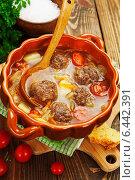 Купить «Капустный суп с фрикадельками и помидорами на деревянном столе», фото № 6442391, снято 25 сентября 2014 г. (c) Надежда Мишкова / Фотобанк Лори