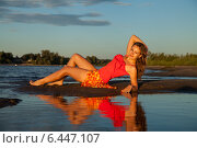 Девушка на берегу и её отражение в воде на закате. Стоковое фото, фотограф Дарья Швыдкая / Фотобанк Лори