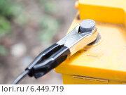 Купить «Зарядка севшего автомобильного аккумулятора», фото № 6449719, снято 18 июля 2014 г. (c) Типляшина Евгения / Фотобанк Лори