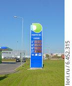 Купить «Заправка Несте. Стойка с ценами на бензин», фото № 6452315, снято 3 июля 2014 г. (c) Шевцова Анна / Фотобанк Лори