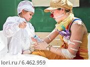 Больничный клоун и маленькая девочка на детском празднике День защиты детей 1 июня (2013 год). Редакционное фото, фотограф Victoria Demidova / Фотобанк Лори