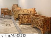 Глиняные саркофаги в археологическом музее в Ираклионе, Крит, Греция (2014 год). Редакционное фото, фотограф Алексей Гусев / Фотобанк Лори