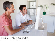 Купить «Casual business team working together at desk using computer», фото № 6467047, снято 17 января 2014 г. (c) Wavebreak Media / Фотобанк Лори