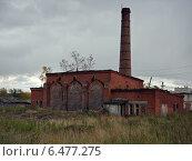 Старое здание из красного кирпича в пасмурную погоду. Стоковое фото, фотограф рустам ниязов / Фотобанк Лори