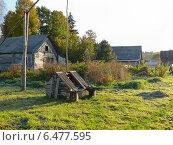 Утро в деревне. Колодец и заброшенный дом. Стоковое фото, фотограф Шевцова Анна / Фотобанк Лори