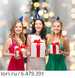 Купить «smiling women in party caps with gift boxes», фото № 6479391, снято 20 октября 2013 г. (c) Syda Productions / Фотобанк Лори