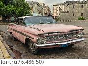 Старая машина Chevrolet на улице Кубинского города Гавана (2014 год). Редакционное фото, фотограф Александра / Фотобанк Лори