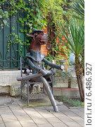 """Купить «Сочи. Скульптура """"Конь в пальто""""», эксклюзивное фото № 6486927, снято 10 сентября 2014 г. (c) Александр Замараев / Фотобанк Лори"""