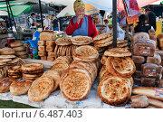 Купить «Киргизы продают хлеб на воскресном рынке в Бостери. Иссык-Куль. Киргизия», фото № 6487403, снято 4 мая 2014 г. (c) Elena Odareeva / Фотобанк Лори