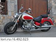 Купить «Красивый мотоцикл у ворот гаража», эксклюзивное фото № 6492023, снято 23 июля 2014 г. (c) Алексей Гусев / Фотобанк Лори