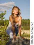 Купить «Портрет молодой блондинки на опушке леса», фото № 6492727, снято 21 июля 2014 г. (c) Дмитрий Черевко / Фотобанк Лори