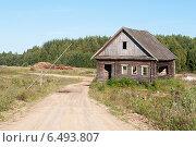 Купить «Грунтовая дорога со шлагбаумом и старый брошенный деревянный дом в деревне», фото № 6493807, снято 16 августа 2014 г. (c) Виктор Сагайдашин / Фотобанк Лори