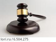 Купить «Деревянный судейский молоток на сером фоне», фото № 6504275, снято 6 октября 2014 г. (c) Алексей Карпов / Фотобанк Лори