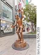 Купить «Скульптура Давай Пожмем Руки на улице Gwangbok в Пусане, Южная Корея», фото № 6504359, снято 25 сентября 2014 г. (c) Иван Марчук / Фотобанк Лори
