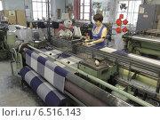 Купить «Женщина-ткачиха за ткацким станком. Балашихинская фабрика», эксклюзивное фото № 6516143, снято 10 октября 2014 г. (c) Дмитрий Неумоин / Фотобанк Лори