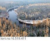 Река в лесу во время первого снегопада поздней осенью, вид сверху. Стоковое фото, фотограф Владимир Мельников / Фотобанк Лори