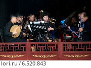 Купить «Музыканты оркестра пекинской оперы играют на китайских национальных музыкальных инструментах во время спектакля», фото № 6520843, снято 11 октября 2014 г. (c) Николай Винокуров / Фотобанк Лори
