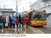 Купить «Москва, очередь на автобус около Киевского вокзала», эксклюзивное фото № 6525879, снято 1 апреля 2014 г. (c) Володина Ольга / Фотобанк Лори
