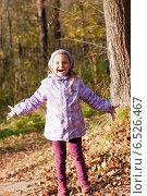 Купить «Девочка раскинула руки, улыбается», фото № 6526467, снято 6 октября 2013 г. (c) Анастасия Лукьянова / Фотобанк Лори