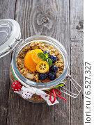 Купить «Мюсли с ягодами в банке», фото № 6527327, снято 20 сентября 2014 г. (c) Елена Веселова / Фотобанк Лори