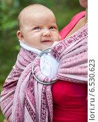 Купить «Портрет малыша в слинге», фото № 6530623, снято 2 августа 2014 г. (c) Дмитрий Наумов / Фотобанк Лори