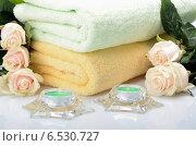 Натюрморт для спа с полотенцами, свечами и розами. Стоковое фото, фотограф VIACHESLAV KRYLOV / Фотобанк Лори