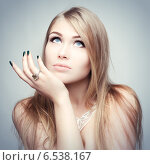 Портрет молодой блондинки с голубыми глазами. Стоковое фото, фотограф Яна Застольская / Фотобанк Лори
