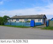 Купить «Одноэтажный жилой кирпичный дом в Калужской области», эксклюзивное фото № 6539763, снято 20 июля 2009 г. (c) lana1501 / Фотобанк Лори