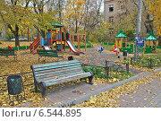 Купить «Детская игровая площадка на берегу Егерского пруда в Москве осенью», эксклюзивное фото № 6544895, снято 14 октября 2014 г. (c) lana1501 / Фотобанк Лори