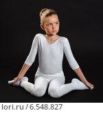 Симпатичная гимнастка на темном фоне. Стоковое фото, фотограф Сергей Богданов / Фотобанк Лори