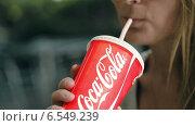 Купить «Девушка пьет кока-колу», видеоролик № 6549239, снято 13 августа 2014 г. (c) Данил Руденко / Фотобанк Лори