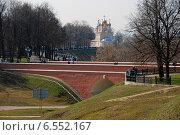Купить «Пешеходный кирпичный мост в кремле Рязани. Церковь Преображения Господня, что на Яру», эксклюзивное фото № 6552167, снято 23 апреля 2010 г. (c) lana1501 / Фотобанк Лори