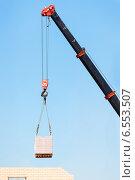 Купить «Грузовой кран с кирпичами на стройке», фото № 6553507, снято 21 августа 2014 г. (c) Типляшина Евгения / Фотобанк Лори