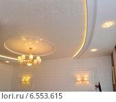 Купить «Дизайн потолка в гостиной комнате», фото № 6553615, снято 20 августа 2014 г. (c) Ирина Борсученко / Фотобанк Лори
