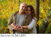 Портрет влюбленной молодой пары в осеннем парке. Стоковое фото, фотограф Okssi / Фотобанк Лори
