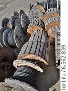 Купить «Катушки электрического кабеля на открытом складе», фото № 6562839, снято 20 июля 2013 г. (c) Денис Нечаев / Фотобанк Лори