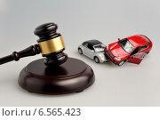Купить «Судейский молоток, деньги и модельки автомобилей», фото № 6565423, снято 6 октября 2014 г. (c) Алексей Карпов / Фотобанк Лори