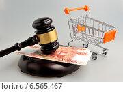 Купить «Судейский молоток, деньги и тележка для покупок», фото № 6565467, снято 6 октября 2014 г. (c) Алексей Карпов / Фотобанк Лори