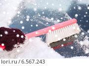 Купить «closeup of woman cleaning snow from car», фото № 6567243, снято 16 января 2014 г. (c) Syda Productions / Фотобанк Лори
