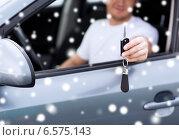 Купить «close up of smiling man with car key outdoors», фото № 6575143, снято 26 июня 2013 г. (c) Syda Productions / Фотобанк Лори