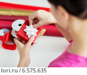 Купить «close up of woman decorating christmas presents», фото № 6575635, снято 10 сентября 2014 г. (c) Syda Productions / Фотобанк Лори