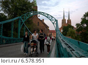 Купить «Passersby on the Tumski Bridge with view to the Wroclaw Cathedral on the Cathedral Island (Ostrow Tumski), Wroclaw, Poland», фото № 6578951, снято 2 сентября 2008 г. (c) Caro Photoagency / Фотобанк Лори
